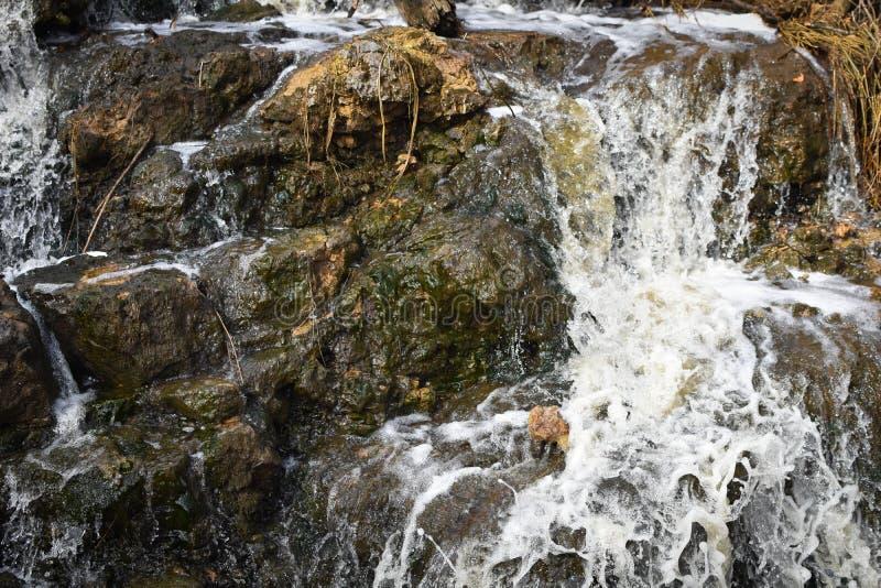 Cachoeira sobre rochas gigantes - regulador Dodge State Park fotografia de stock royalty free