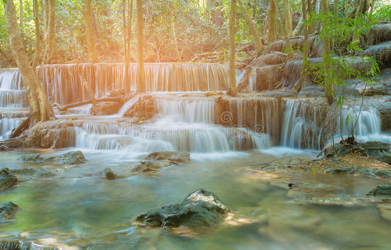 Cachoeira tropical profunda natural da floresta das camadas múltiplas imagens de stock royalty free