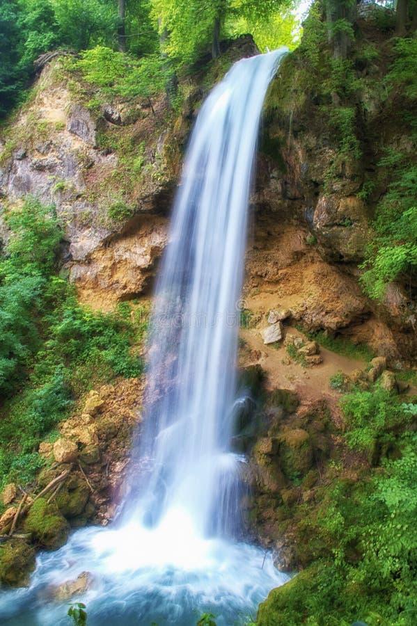 Cachoeira vermelha do véu do ¼ de Lillafà com o tiro longo da exposição imagem de stock
