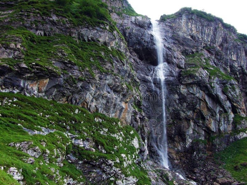 Cachoeira Wannenbachfall no vale alpino Im do Loch imagem de stock