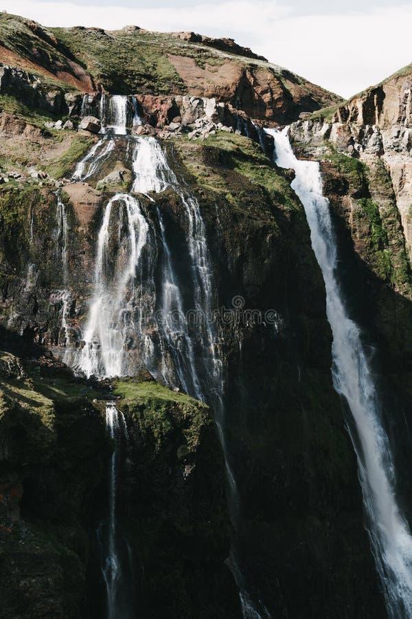 cachoeiras bonitas em rochas e na vegetação verde fotos de stock