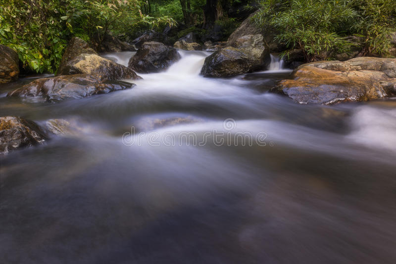 Cachoeiras bonitas no parque nacional em Tailândia Khlong Lan Waterfall, província de Kamphaengphet foto de stock