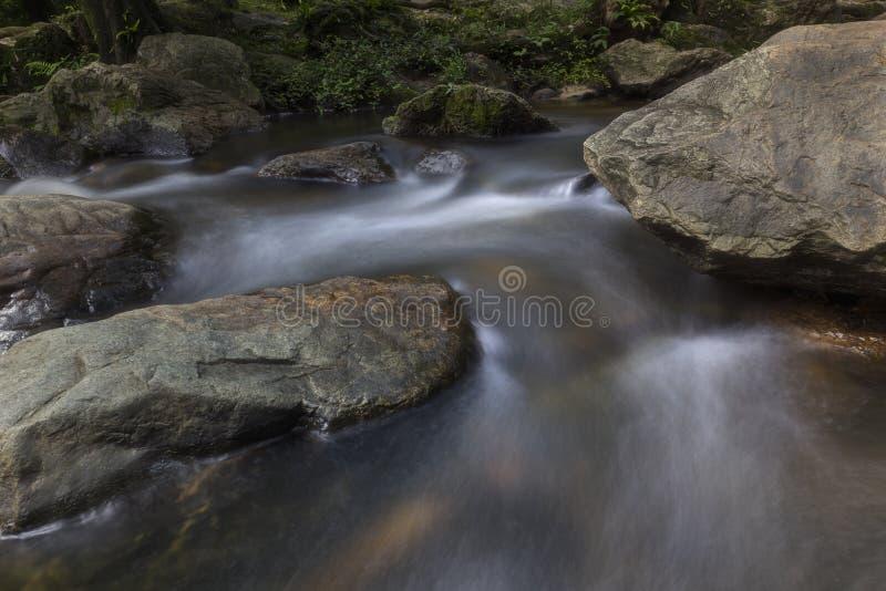 Cachoeiras bonitas no parque nacional em Tailândia Khlong Lan Waterfall, província de Kamphaengphet fotos de stock royalty free