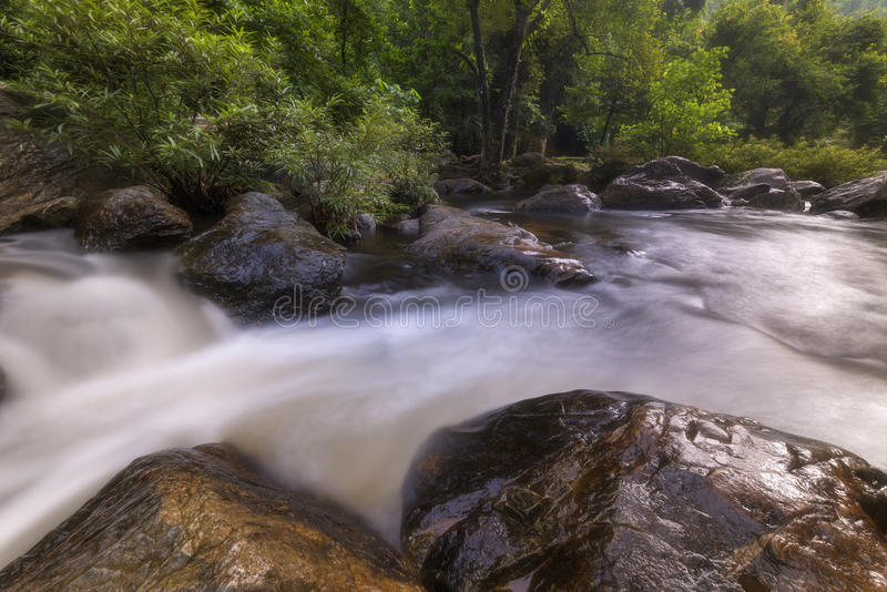 Cachoeiras bonitas no parque nacional em Tailândia Khlong Lan Waterfall, província de Kamphaengphet foto de stock royalty free