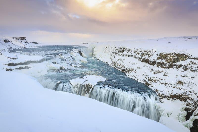 Cachoeiras de Gullfoss no inverno situado ao longo do ro dourado do círculo fotos de stock