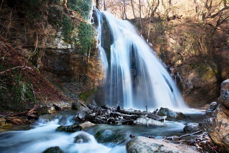 Cachoeiras do inverno nas montanhas. fotos de stock