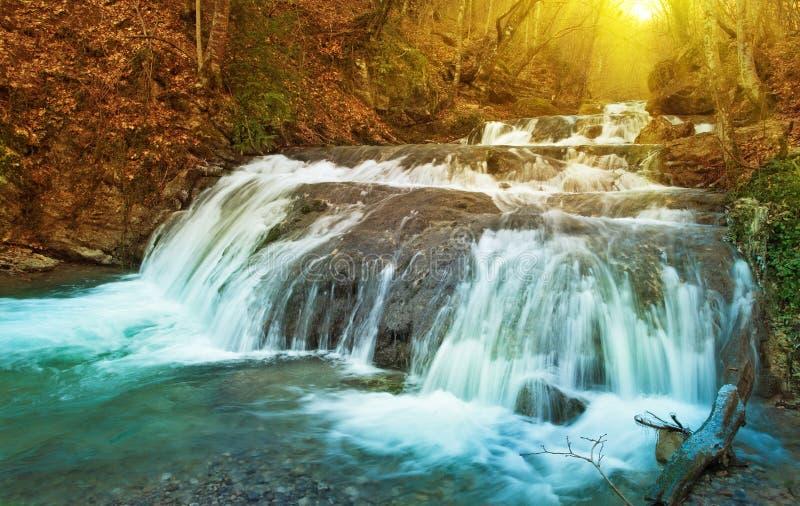 Cachoeiras do inverno nas montanhas. imagem de stock royalty free
