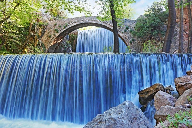 Cachoeiras dobro de Palaiokaria em Trikala Thessaly Grécia - ponte arqueada rochoso entre as duas cachoeiras foto de stock