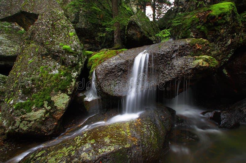 Cachoeiras e rocha imagem de stock