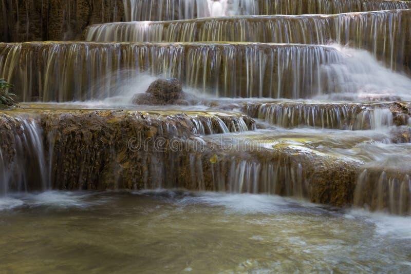 Cachoeiras múltiplas da camada na floresta natural profunda, fundo natural da paisagem foto de stock royalty free