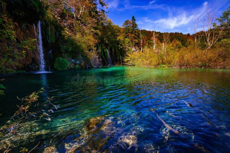 Cachoeiras no parque nacional que cai no lago de turquesa Croácia de Plitvice fotos de stock