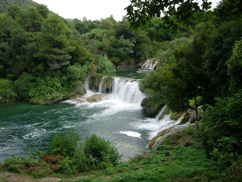 Cachoeiras no parque nacional que cai no lago de turquesa fotos de stock
