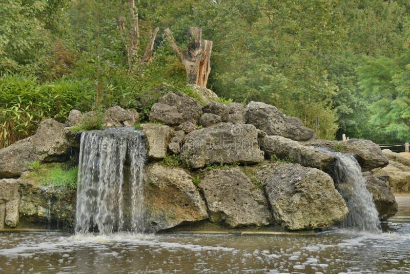 Cachoeiras pequenas sobre rochas imagem de stock royalty free