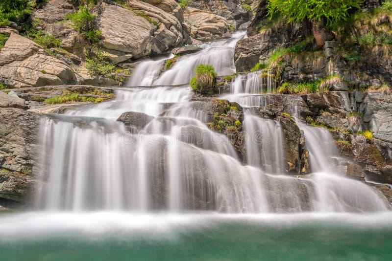Cachoeiras perto de Cogne, parque nacional de Lillaz de Gran Paradiso, o Vale de Aosta, os cumes, Itália fotos de stock