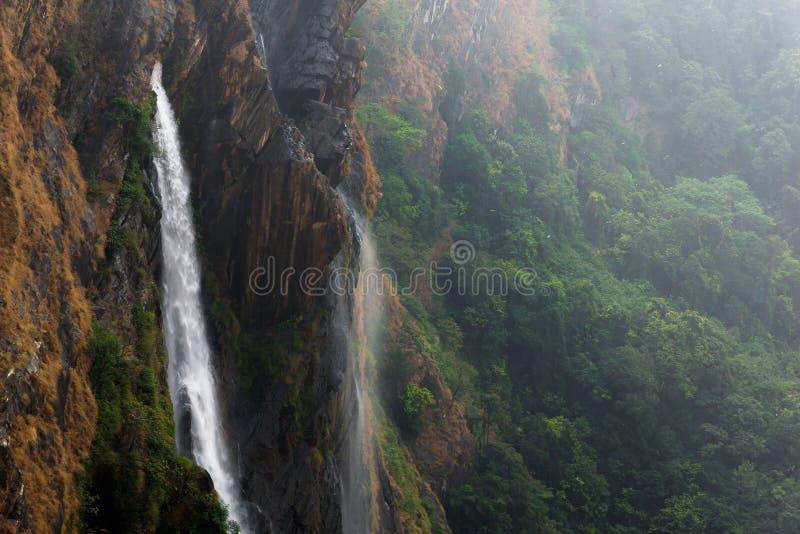 Cachoeiras ventosas nas montanhas imagem de stock