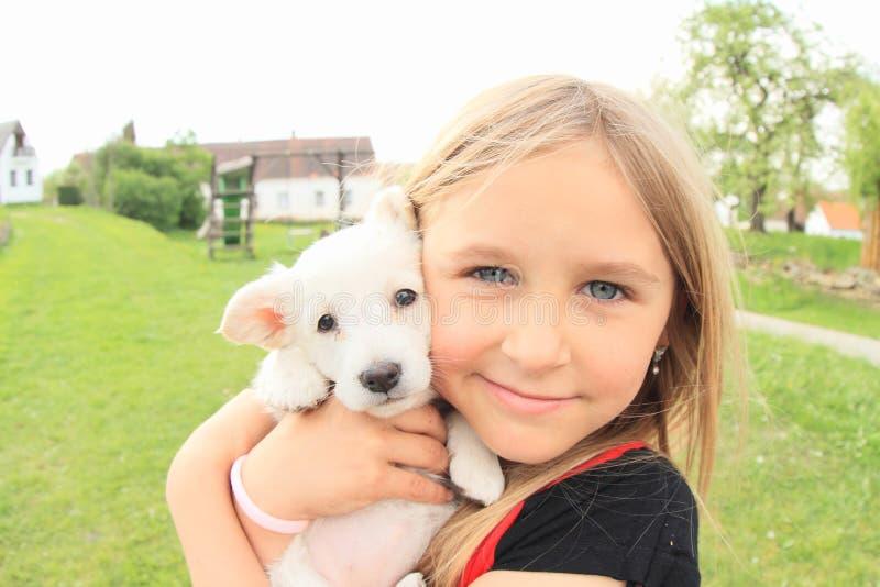 Cachorrinho holded nas mãos das crianças imagens de stock royalty free