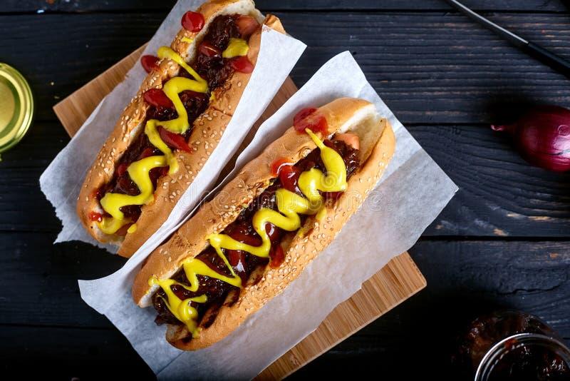 Cachorro quente caseiro do estilo de New York com molho da cebola foto de stock