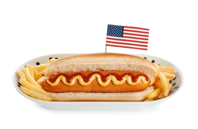 Cachorro quente com bandeira dos EUA e batatas fritas no fundo branco fotografia de stock royalty free