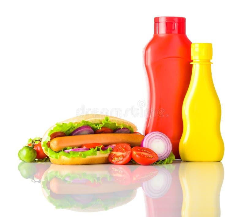 Cachorro quente com ketchup e mostarda no fundo branco fotografia de stock