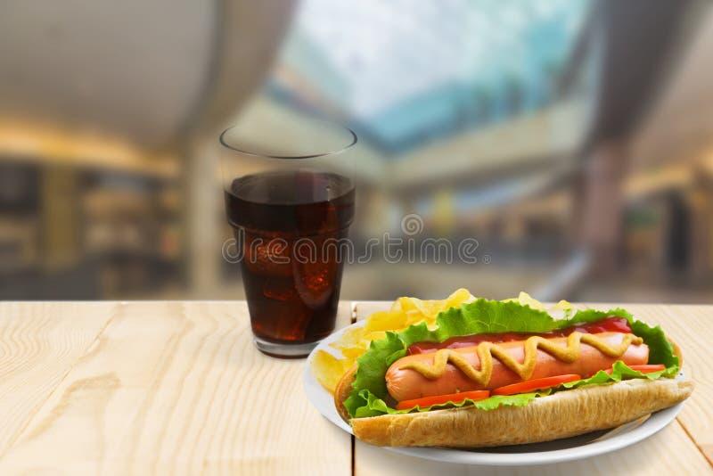 Cachorro quente saboroso com mostarda na tabela de madeira imagem de stock