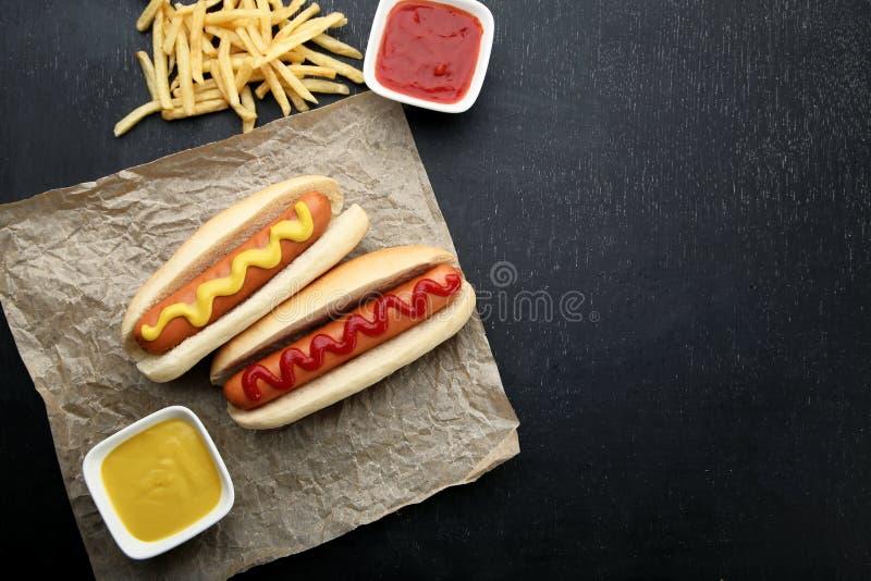 Cachorros quentes com mostarda e ketchup fotos de stock royalty free