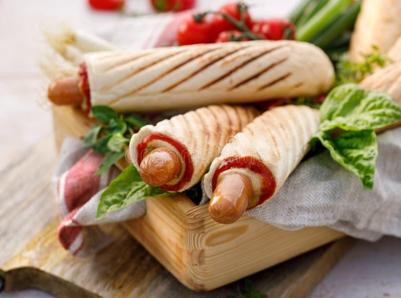 Cachorros quentes franceses com ketchup e mostarda, alimento delicioso da rua imagens de stock