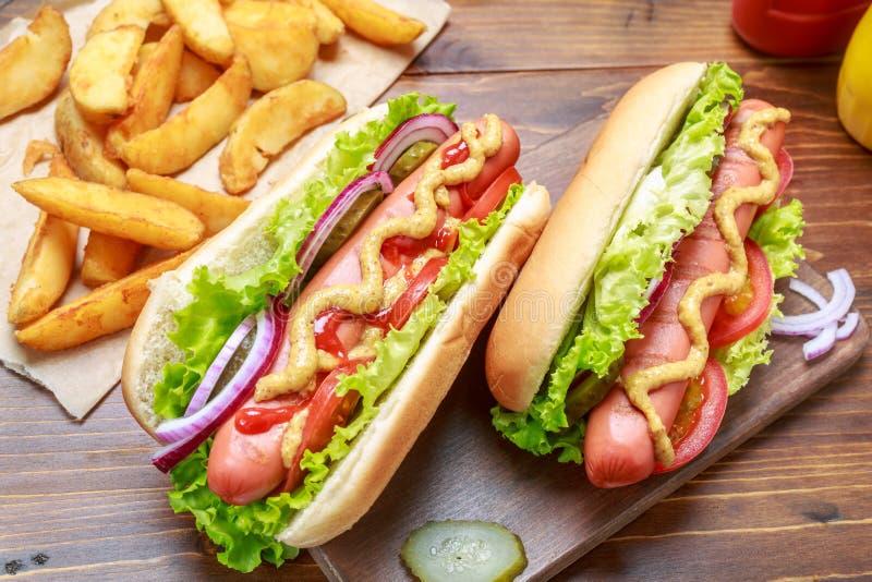 Cachorros quentes saudáveis deliciosos com vegetais e mostarda fotografia de stock