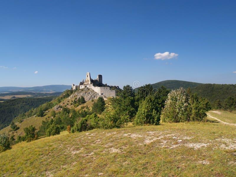 Cachticekasteel op heuvel in afstand stock afbeelding