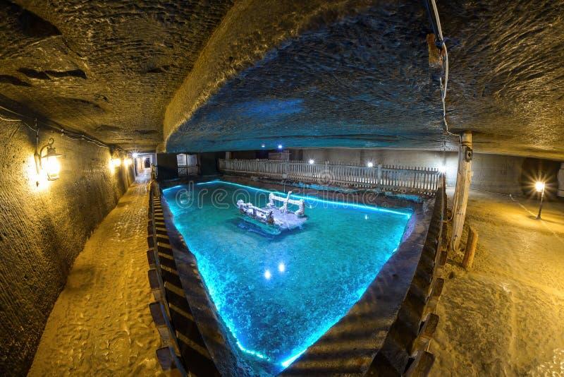 CACICA RUMÄNIEN -, MAY 2015: Underjordisk konstgjord sjö i Cacica salt min en av de äldsta exploateringarna av salt royaltyfria bilder