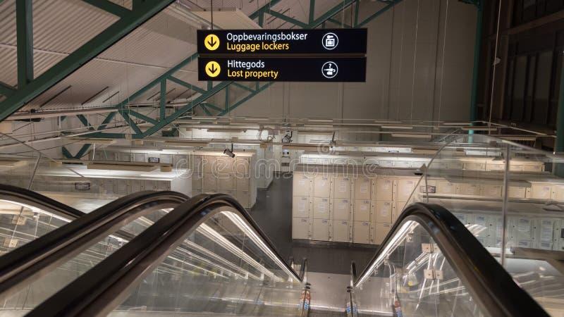 Cacifos de bagagem e propriedade perdida em uma estação de trem foto de stock royalty free