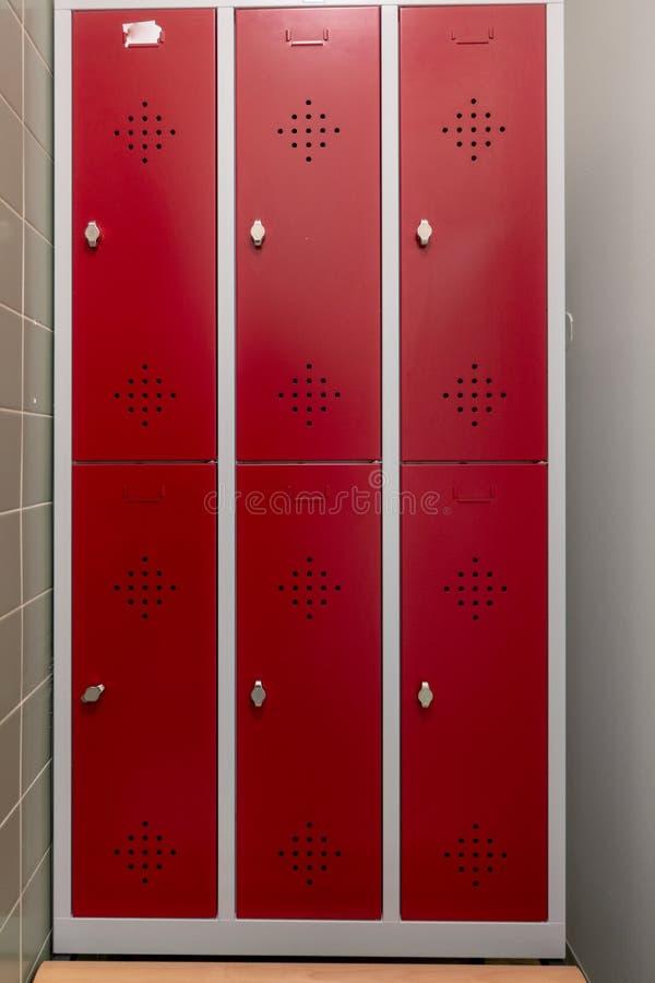 Cacifos em mudança com portas vermelhas imagens de stock