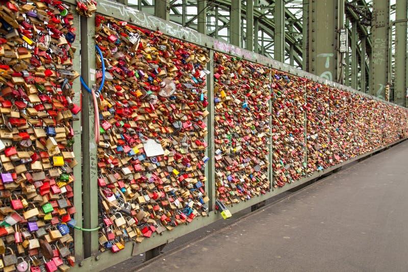 Cacifos na ponte de Hohenzollern na água de Colônia fotografia de stock