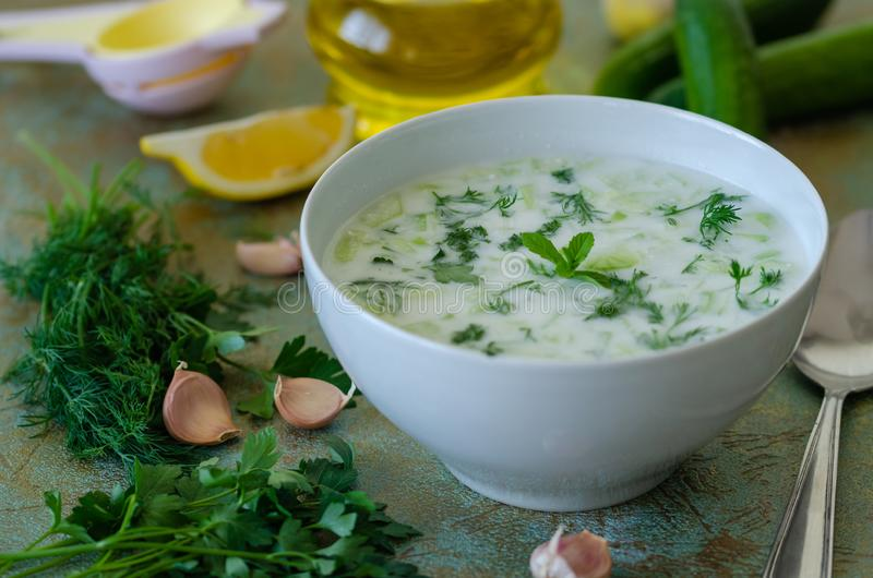 Cacik ou tzatziki turco tradicional da bebida imagens de stock