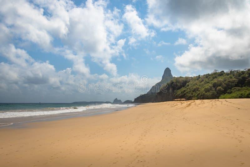 Cacimba font la plage d'aumônier et Morro font Pico - Fernando de Noronha, Pernambuco, Brésil photographie stock libre de droits