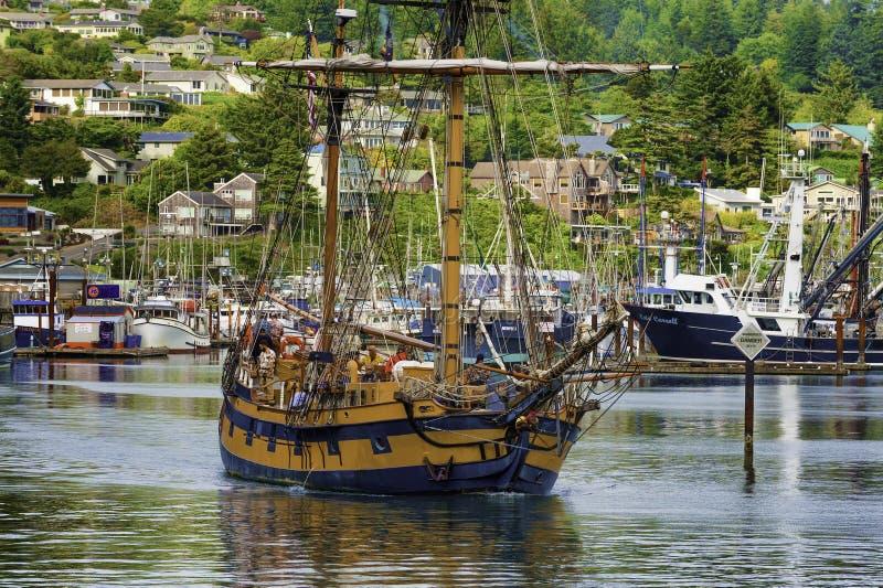 Cacique hawaiano que deja el puerto de Newport en Oregon imagenes de archivo