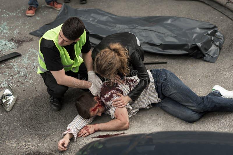 Cadáver humano en la calle fotos de archivo