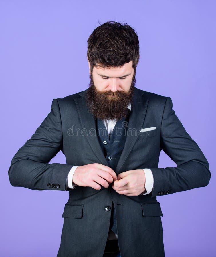 Cada detalhe deve ser perfeito Homem de negócios no terno Moderno à moda de Mature do analista do negócio com barba Analista do n fotografia de stock royalty free