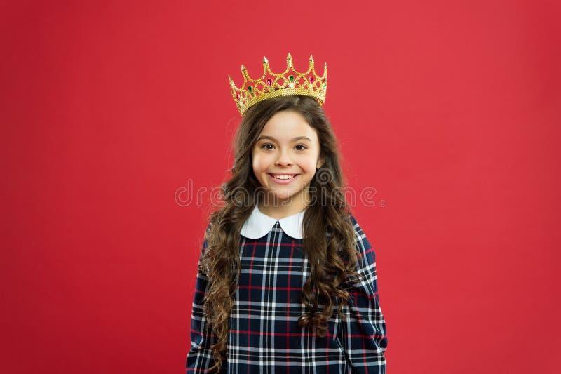 Cada muchacha que sueña para hacer princesa Pequeña princesa de la señora Fondo rojo de la corona del desgaste de la muchacha Con foto de archivo libre de regalías