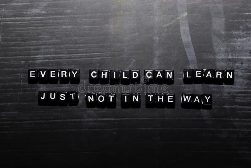 Cada niño puede aprender, apenas no de la manera en bloques de madera Concepto de la educaci?n, de la motivaci?n y de la inspirac libre illustration