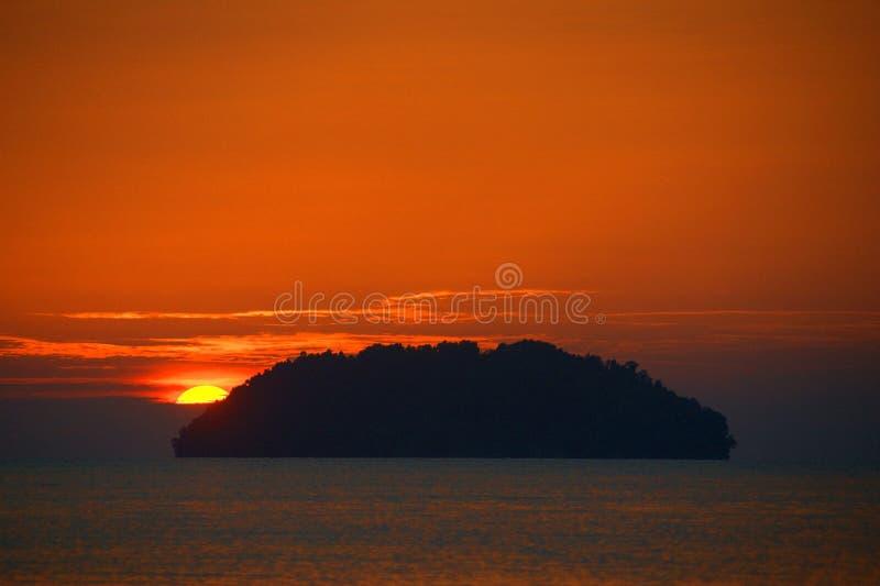 Cada puesta del sol trae la promesa de un nuevo amanecer imagen de archivo libre de regalías
