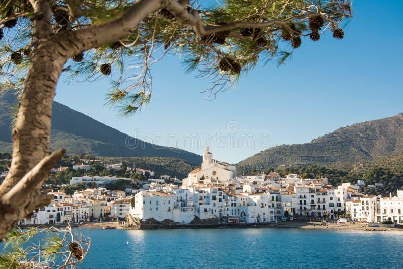Cadaquésdorp door de Middellandse Zee, Costa Brava royalty-vrije stock afbeeldingen