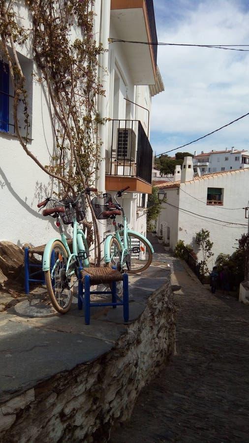 Cadaques gata, cykel, himmel, blått royaltyfri bild