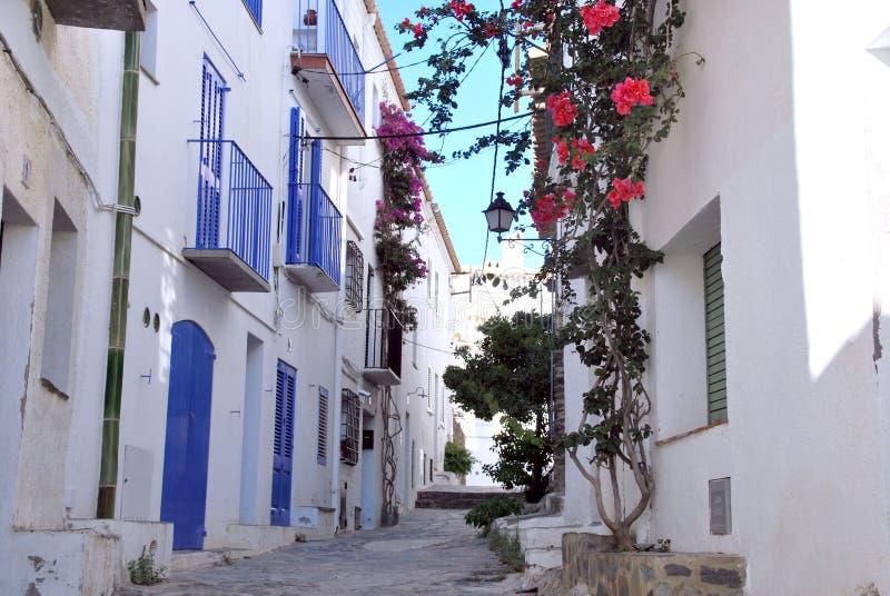 Cadaques typowa ulica Śródziemnomorski miasteczko zdjęcia royalty free