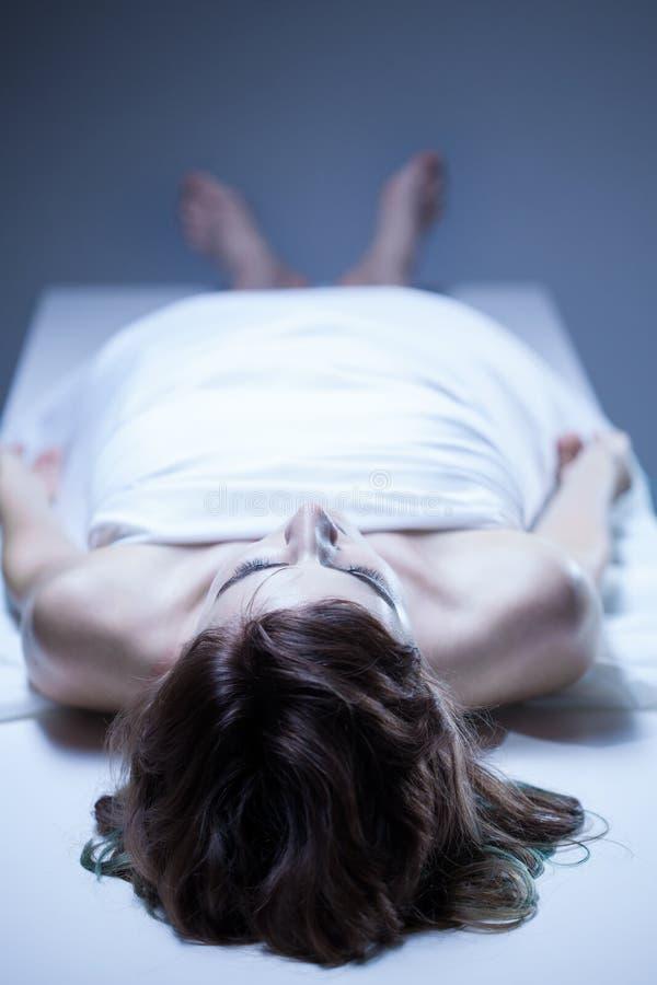 Cadavre de femme photo stock
