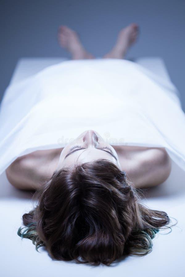 Cadavre de jeune femme photos libres de droits