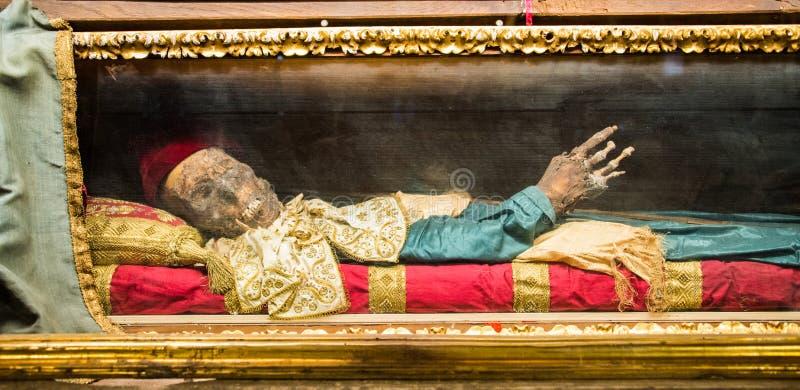 Cadavre de San Davino Armeno préservé dans l'église de San Michele in foro photo libre de droits