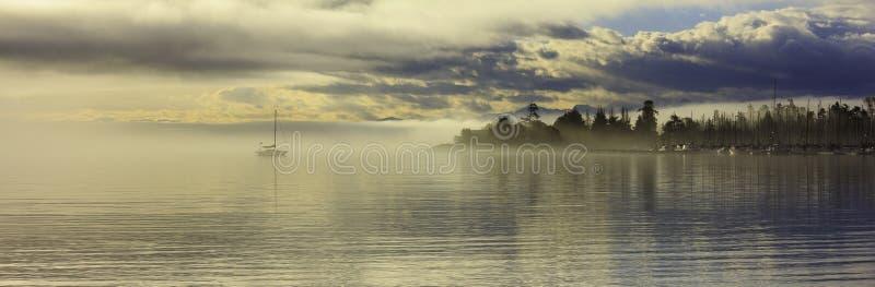 Cadboro-Bucht am Tagesanbruch lizenzfreies stockfoto