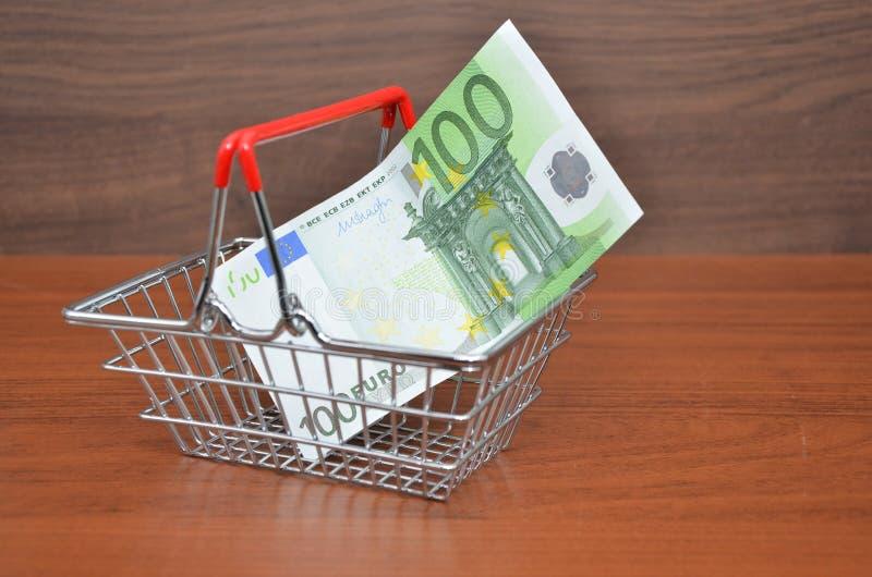 Caddie avec la note d'argent de l'euro 100 photographie stock libre de droits