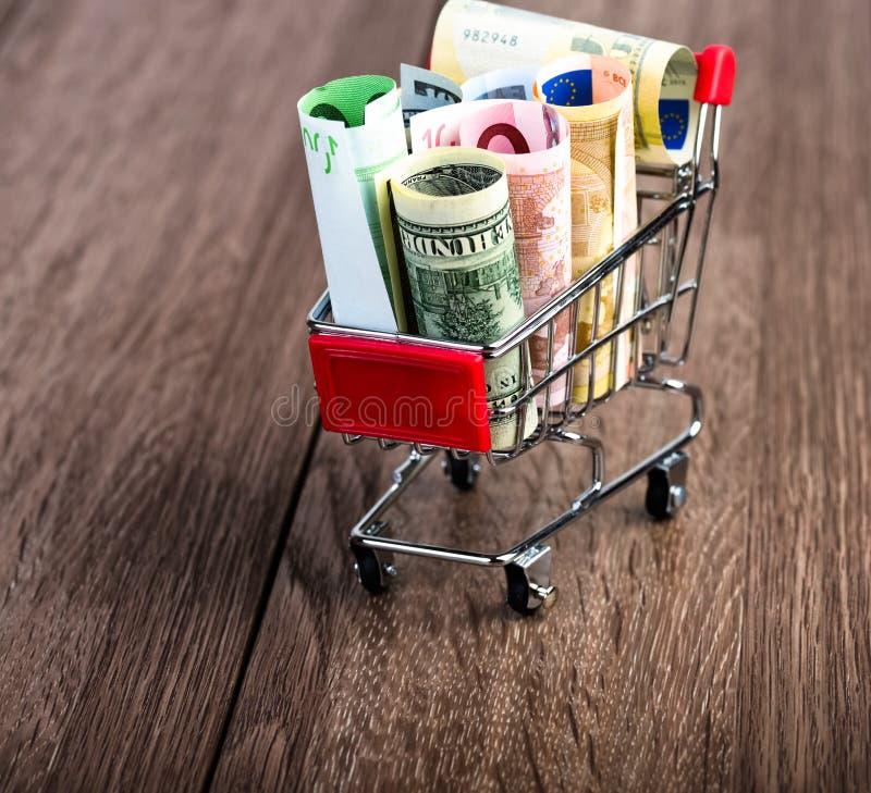 Caddie complètement d'argent (dollar, euro) images stock