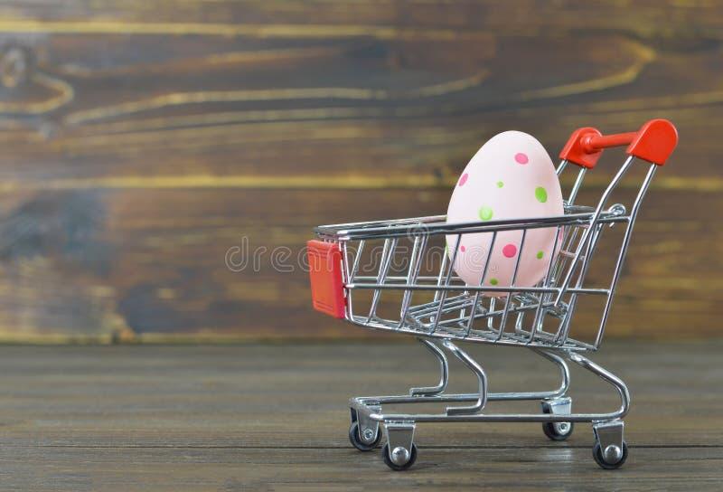 Caddie de Pâques avec l'oeuf de pâques photos stock